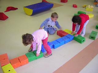 Imágenes de niños jugando en la escuela